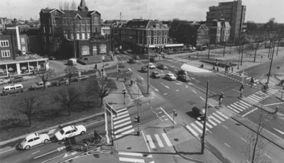 Het huidige Quackplein : kruispunt van de Van Berchenstraat , Smetiusstraat , Nassausingel , Spoorstraat en Kronenburgersingel , met links het Kolpinghuis en het voormalige pand van de Garage Karel Wolf; op de foto Tesser Zonneschermen en Zonwering