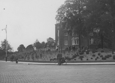 'Huize Belvoir', gebouwd in 1906 in opdracht van margarinefabrikant Anton Jurgens. In de volksmond stond de villa hierdoor beter bekend als 'de botterfloot'. Het pand werd bij de bevrijding in september 1944 volledig verwoest