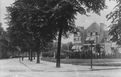 Straatbeeld, begin van de eeuw, met rechts 'Huize Belvoir' aan de achterzijde, gebouwd in 1906 in opdracht van margarinefabrikant Anton Jurgens, in de volksmond beter bekend als 'de botterfloot'. Het pand werd bij de bevrijding in september 1944 volledig verwoest