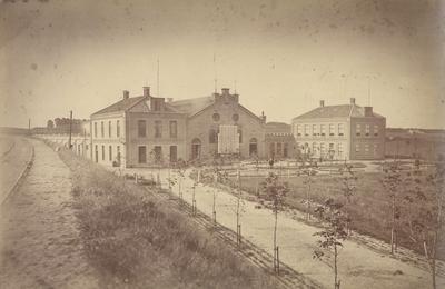 De Gasfabriek in zijn oorspronkelijke vorm en de toegangsweg, aan de voorzijde. Links de havenspoorweg, verlengstuk van de lijn Nijmegen-Kleef. De Nieuwe Marktstraat, aan de linkerkant (1880), en de Spoorstraat, aan de achterzijde (1880), zijn hier nog niet aangelegd
