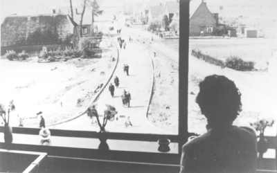 Blik in de net gereedgekomen Jasmijnstraat (aanleg begon in 1955), vanuit een raam aan de achterzijde (gelegen aan de Vuurdoornstraat) van een flat aan de Sneeuwbalstraat. Links de boerderij van J.W. Van de Water (voormalig adres Molenweg 129); rechts het woonhuis van W. Reijnen (voormalig adres Molenweg 148)