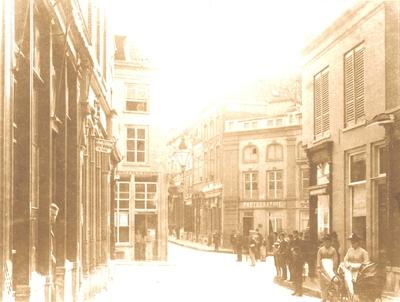 Vanuit de Broerstraat naar de Korte Molenstraat, rechts de: Houtstraat en de: Oude Varkensmarkt met op de hoek
