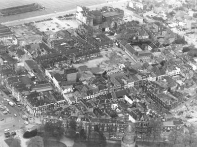 Luchtfoto : Het westelijk gedeelte van de Benedenstad, gezien vanuit het zuidwesten : Van linksonder naar rechts in het midden loopt de Lange Hezelstraat ; Onderin het Kronenburgerpark en de Parkweg, linksboven de Waal, rechtsboven de Nonnenplaats, en rechtsonder de: Pijkestraat. In het midden de graansilo aan de Bottelstraat