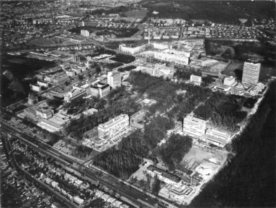 Luchtfoto van de Medische Faculteit van de Rooms Katholieke Universiteit. Linksonder een stukje Van Peltlaan en daarboven de St. Annastraat. Links in het midden Huize Heijendaal en het Radboud-Ziekenhuis. Bovenin v.l.n.r. de spoorlijn richting Venlo.