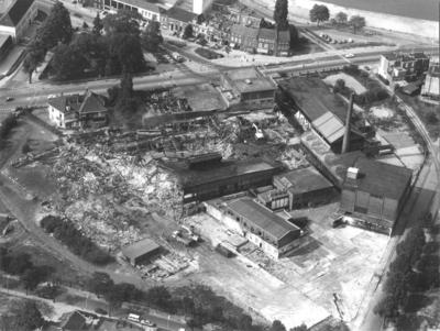 Luchtfoto van de PapierFabriek Gelderland Tielens, na de brand van  25 juni 1976 ; bovenin loopt v.l.n.r. de Voorstadslaan met daarboven een gedeelte van de Weurtseweg ; linksonder de Krayenhofflaan en rechtsonder de Oude Weurtseweg ; P.S. op dit terrein zouden in 1985 woningen gebouwd worden aan de Aalscholverplaats , de Meerkoetplaats , de Reigerplaats , de Uiverplaats en de Waterhoenplaats