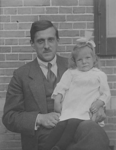Arie Oosterlee (geboren op 24 december 1890 en gestorven op 28 juli 1950), directeur van De Klokkenberg, met zijn dochtertje Willemien. Arie Oosterlee (gehuwd met C.C. Haspels) was de zoon van Pieter Oosterlee (vorige directeur van de Klokkenberg) en Wilhelmina Lucretia Oosterlee-Gerretsen
