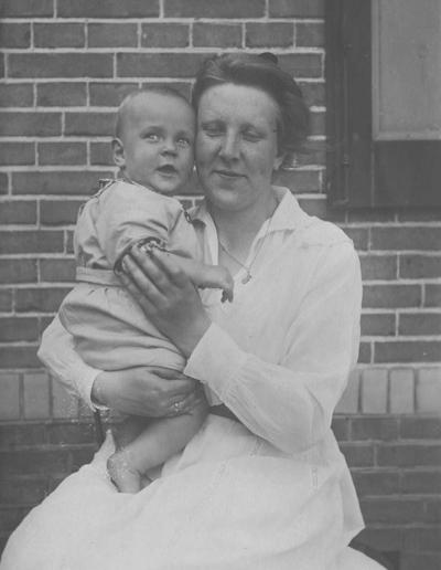 Cornelia Carolina Oosterlee - Haspels (geboren op 7 juli 1895 en gestorven op 20 oktober 1935), echtgenote van van Arie Oosterlee, directeur van De Klokkenberg, met hun zoon Piet Oosterlee (geboren op 28 augustus 1920 en gestorven op 23 oktober 1944)
