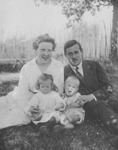 Arie Oosterlee (24 december 1890 - 28 juli 1950; directeur van de Klokkenberg) , Cornelia Carolina Oosterlee - Haspels (7 juli 1895 - 20 oktober 1935) , zoon Piet Oosterlee (29 augustus 1920 - 23 oktober 1944) en dochter Willemien