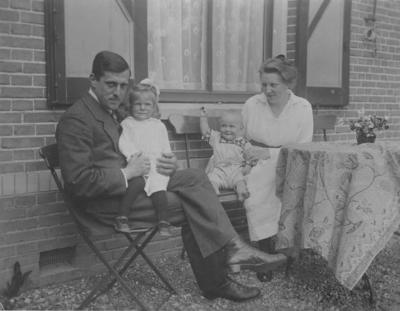 Arie Oosterlee (geboren op 24 december 1890 en gestorven op 28 juli 1950; directeur van De Klokkenberg) en Cornelia Carolina Oosterlee - Haspels (geboren op 7 juli 1895 en gestorven op 20 oktober 1935) met hun zoon Piet Oosterlee (29 augustus 1920 - 23 oktober 1944) en dochter Willemien. Arie Oosterlee was de zoon van Pieter Oosterlee (de vorige directeur van de Klokkenberg) en Wilhelmina Lucretia Oosterlee- Gerretsen