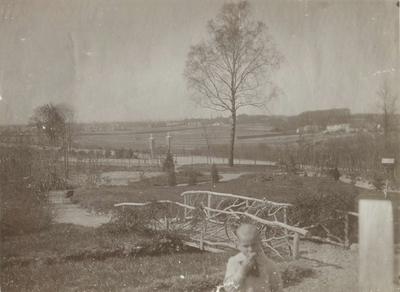 Uitzicht op de stad, gezien vanaf landgoed 'Berglust', met villa 'Heideheuvel', gebouwd in 1911 en vanaf april 1914 eigendom van Joachimus (Chiem) van Houweninge (24/03/1859 - 22/02/1936), steenkolenhandelaar, grootgrondbezitter van het gebied op en grenzend aan de Kwakkenberg en oprichter van het gelijknamige villapark. In het midden de toegangspoort van de aan de overkant gelegen villa 'Westerhelling', gebouwd in 1912