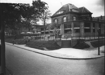 Op 25 juni 1932 opende de heer F.B. Brands Hotel Café Restaurant Hundisburg (12 kamers) in een door hem kort daarvoor aangekochte villa. De rond 1888 gebouwde villa kreeg de naam Hunerberg, daarna (1897) villa Slido (naar Simon Rijnbende en zijn vrouw Theodora), vervolgens kocht A.B.A. Quack de villa en veranderde de naam in Hundisburg; na zijn dood woonde er het echtpaar Reitsma-van Maasdijk de ouders van de verzetsheld Guus Reitsma. De villa op de hoek van de Beatrixstraat werd op het eind van de oorlog verwoest.