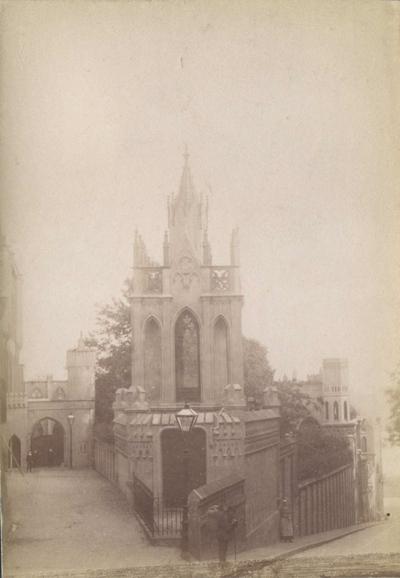De ingang met de kapel van Kasteel Bat-Ouwe-Zate (kasteel Hallo), van 1875 tot 1903 het klooster van de onderwijscongregatie van de Duitse Zusters Ursulinen van de Romeinse Unie