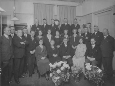 Groepsfoto van de directie van de Bank van Lening met zijn personeel