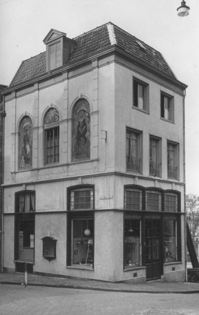 De hoek met de Augustijnenstraat : Pand van het Technisch Bureau Geertsen , voorheen Boek- en Kunsthandel  Richelle , met muurschilderingen (uit 1940) van Joan Collette , voorstellende Laurens Jansz. Coster en Joost van den Vondel  (verloren gegaan na 1951)
