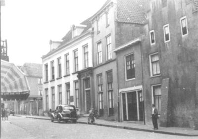 Gezien vanuit de hoek met de Ottengas. Het gedeelte tussen de Snijderstraat en de Stockumstraat, het grote witte pand is het zogenoemde 'Hof van Batenburg', voormalig woonhuis van de familie (Johan Michiel) Roukens en (Agneta Jannetta) Verspijck