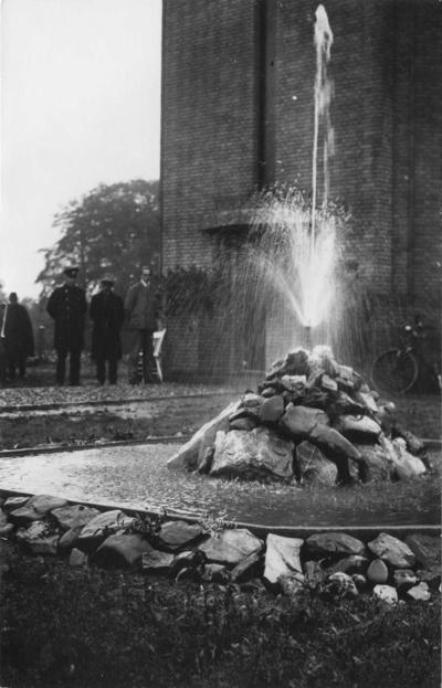 Met het nodige feestvertoon werd de watertoren Berg en Dal in gebruik genomen. De toren met een inhoud van 110.000 liter water verzorgde de druk op het eerste groepswaterleidingnet van Gelderland met een lengte van 50 km voor de gemeente Ubbergen en Groesbeek. Het is de hoogst gelegen en de hoogste watertoren van Nederland