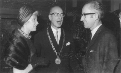 Installatie van burgemeester van Nijmegen Theodorus Matheus Johanna de Graaf (27-11-1912 - 15-1-1983) in het stadhuis. Links de heer en mevrouw De Graaf en rechts de heer Hubrecht, directeur van het Museum Kam.