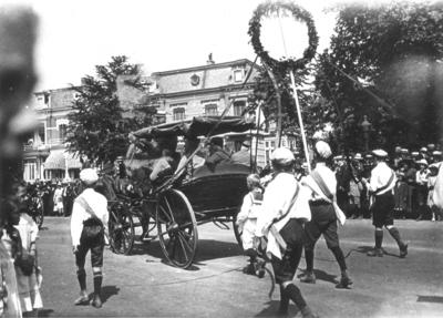 De tweede Katholiekendag vond van 5 tot en met 8 juni plaats in Nijmegen. In een grote optocht trokken meer dan 15.000 deelnemers met vaandels, praalwagens en muziekkorpsen door de nieuwe en de oude stad om op het Mariënburgplein te eindigen. In het rijtuig een groep oud Zouaven. De leiding van de optocht berustte bij de Nijmeegse architect Charles Estourgie bijgestaan door pater D. van der Geest O.P.