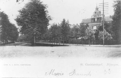 Het gezicht in de richting van het Hunnerpark. Rechts het Instituut Wegerif, gebouwd circa 1900 als kostschool van de Nijmeegse Schoolvereniging en in 1908 verkocht aan het Instituut Hage (ofwel het Zander Instituut)