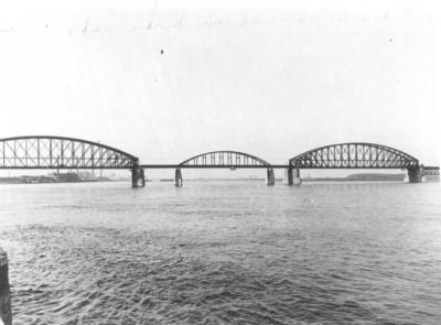 De Spoorbrug met het door eigen troepen verwoeste middelste segment. Op 10 mei 1940 werd de brug door de Nederlandse Genie opgeblazen om de opmars van het Duitse leger te stuiten. Met de provisorische plaatsing van een enkelsporige boogbrug kon de Spoorbrug op 17 november 1940 weer in gebruik worden genomen