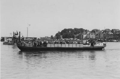 De motordekschuit Maria van schipper A. Erdhuisen uit Huissen, die tijdelijk werd ingezet na de verwoesting van de Waalbrug in mei. In normaal bedrijf was deze schuit vermoedelijk werkzaam in het zand en grindvervoer