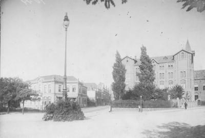 In het midden de Van Berchenstraat. Rechts (aan de Smetiusstraat) de St. Josephshof (de Katholieke Gezellenvereniging later Kolpinghuis) is ontworpen in 1882 door P.J.H. (Pierre) Cuypers en in 1890 uitgebreid door architect A.v.d. Boogaard ;  Links het Instituut Kronenburger Singel voor jonge dames aan de Kronenburgersingel 2, op de hoek met de Van Berchenstraat