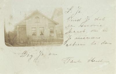 Huize 'Janushof', woning van de familie Hamerslag-van Dorland. Hermanus Johannes Hamerslag (18/06/1853 - 24/03/1924) was steenkolenhandelaar en compagnon van (zwager) Joachimus (Chiem) van Houweninge (24/03/1859 - 22/02/1936), eveneens steenkolenhandelaar, grootgrondbezitter van het gebied op en grenzend aan de Kwakkenberg en oprichter van het gelijknamige villapark. De tekst op de briefkaart, gericht aan (nicht) Johanna Christina van Houweninge (11/12/1891 - 21/07/1974), is vermoedelijk van (tante) Christina Hendrika Hamerslag (05/02/1855 - 06/03/1918)