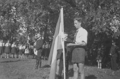 Jeugdstormers van de N.S.B. tijdens de overreiking van het vaandel op Landgoed Westerhelling tijdens de opening van dit N.S.B. kindervakantieoord door Ir. Anton Mussert , dat wordt geleid door zijn nicht Mary Mussert