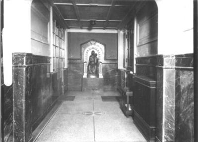 In 1923 kocht de Radboudstichting een allegaartje van samengevoegde gebouwen aan gelegen op de Snijders-, Platenmakers- en Muchterstraat. In dit complex werd op 7 januari de universiteitsbibliotheek geopend. Door het bombardement op 22 februari 1944 is het complex zwaar beschadigd maar het nieuw gebouwde boekendepot overleefde het bombardement. In 1967 verhuist de bibliotheek naar de campus, waarna in 1973 de sloop volgt. In de hal van de hoofdingang troont het door mgr. A.F. Diepen (bisschop van 's-Hertogenbosch) ter gelegenheid van de plechtige inzegening van het gebouw geschonken Mariabeeld , de Sedes Sapientiae (Zetel der Wijsheid)