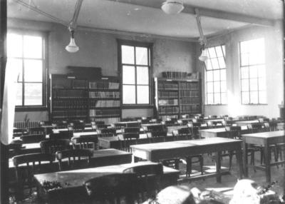 In 1923 kocht de Radboudstichting een allegaartje van samengevoegde gebouwen aan gelegen op de Snijders-, Platenmakers- en Muchterstraat. In dit complex werd op 7 januari de universiteitsbibliotheek geopend. Door het bombardement op 22 februari 1944 is het complex zwaar beschadigd maar het nieuw gebouwde boekendepot overleefde het bombardement. In 1967 verhuist de bibliotheek naar de campus, waarna in 1973 de sloop volgt. In de hal van de hoofdingang troont het door mgr. A.F. Diepen (bisschop van 's-Hertogenbosch) ter gelegenheid van de plechtige inzegening van het gebouw geschonken Mariabeeld , de Sedes Sapientiae (Zetel der Wijsheid). De foto toont de leeszaal