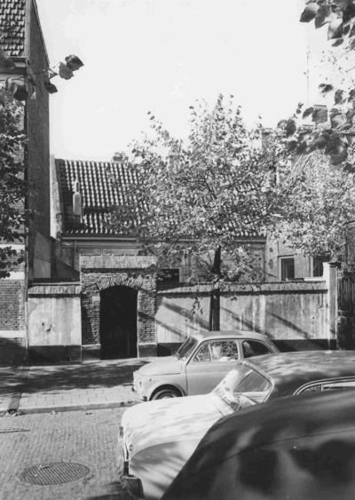 Blik op het Cellenbroederenhuis de Ellendige en Gevoegde Broederschappen, één van de oudste panden van de stad. In de vleugel met de trapgevel ligt de regentenkamer waar de regenten van deze in 1591 door Prins Maurits gefundeerde instelling van Weldadigheid maandelijks vergaderen