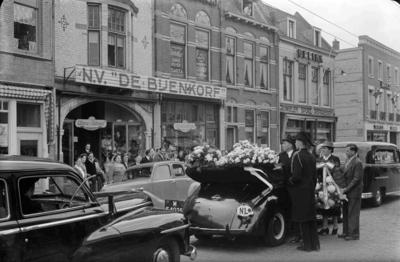 Bij de begrafenis van de heer A.P. Keijser werden alle zaken van de familie Keijser in Nijmegen door de begrafenisstoet gepasseerd. Op de foto neemt het personeel van de Bijenkorf (die later aan de Burchtstraat werd gevestigd) afscheid met het uitreiken van bloemstukken. Antonius Petrus Keijser (de poppendokter van de Lange Hezelstraat 10) was de oprichter van N.V. de Bijenkorf en N.V. Handelsmij. TEPA (Molenstraat 52). Eigenaar van de Bijenkorf G. Keijser was de tweede zoon van de overledene.