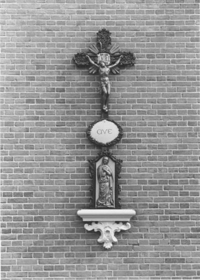 Crucifix met Maria aan de buitenzijde van de kapel van de Zusters Dominicanessen van Neerbosch (Dominicanessen van de Heilige Familie)