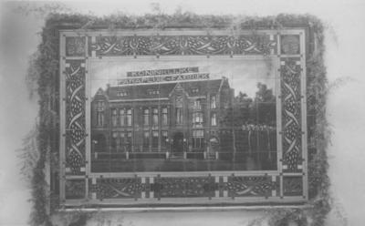 Tegeltableau van de Goudsche Plateelbakkerij, geschonken door het personeel ter gelegenheid van het gouden jubileum van de 'Koninklijke Parapluiefabriek E. Meulenberg & Zonen' (sedert 1924 'NV Nijmeegsche Parapluiefabriek'), ingemetseld in de muur van het trappenhuis bij de ingang