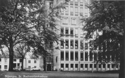 Het A-gebouw (M608) van het St. Radboud Ziekenhuis, de zuidgevel met de crucifix van de kunstenaar Grégoire aan de gevel, onthuld bij de ingebruikname van het gebouw.