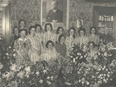 De ingebruikneming van de Westerhelling door de NSB als kindertehuis. Het vrouwelijke personeel in kamer voor het portret van ir. Mussert