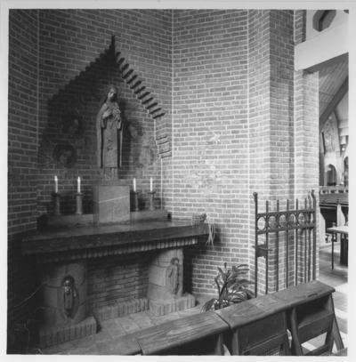 Het Theresia van Lisieux -altaar (1930) met het beeld van de H. Theresia van Lisieux (1873 - 1897) met crucifix in de R.K. St. Theresiakerk
