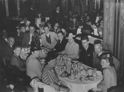 Een koffietafel van het personeel van de Robinson Schoenfabriek ?; afkomstig uit het archief van Swift-Robinson Schoenfabriek inventarisnumer: 662.