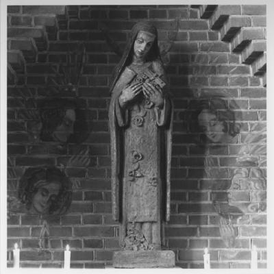 De Theresia van Lisieux-kapel in de R.K. St. Theresiakerk met het beeld van de H. Theresia van Lisieux (1873 - 1897) met crucifix