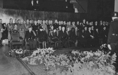 Plaatsvervangend commissaris van politie A. van Dijk overleed op 31 augustus 1943 aan zijn verwondingen opgelopen bij een aanslag op zijn leven op 8 juli 1943 en werd, nadat hij was opgebaard in de raadszaal, met ceremoniële eer begraven