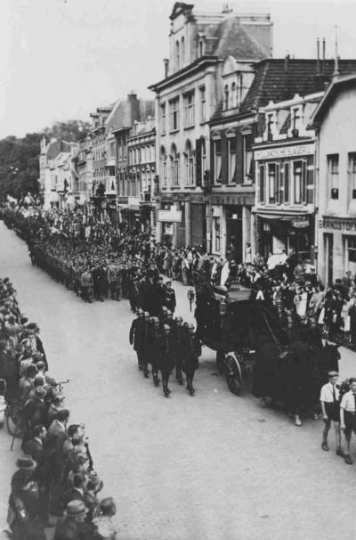 Plaatsvervangend commissaris van politie A. van Dijk overleed op 31 augustus 1943 aan zijn verwondingen opgelopen bij een aanslag op zijn leven op 8 juli 1943 en werd met ceremoniële eer begraven