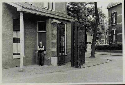 De hoofdingang van de N.V. Dobbelman, de zeepfabriek waar onder meer Castella werd geproduceerd. De man op de foto is de portier C. Korbeeck.