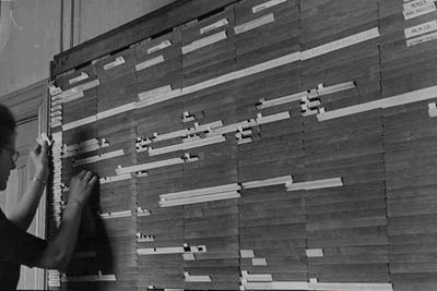 Zeepfabriek Dobbelman: Medewerkster (Mej. G. Smits) bij het planbord op de afdeling Planning.