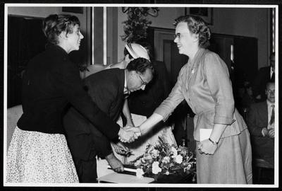 Zeepfabriek Dobbelman: C. Koiter feliciteert een van de dochters van Piet Dobbelmann tijdens de viering van zijn 25-jarig jubileum. Midden: Piet Dobbelmann.