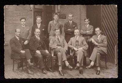 Zeepfabriek Dobbelman: V.l.n.r. zittend; Th. v. Kempen (man van alles), H. Jansen (Calculator), H. Tap (Facturist), Th. v. Berck (Verkoop), B. Thoonissen (Ass. boekhouder). Staand; W. Wakker (Verkoop), Kees v. Danck (Vertegenwoordiger), v.d. Zand (Jongste bediende), H. Arts (Calculator), Wim Markus (Correspondent, later directeur).