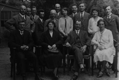 Personeel van de Keuringsdienst voor Waren, Keuringsgebied Nijmegen. Geheel links, zittend,  W.J. de Mooij (31/10/1885 - 08/06/1938), directeur van de dienst van 15 maart 1921 tot zijn dood in 1938