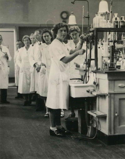 Personeel van het laboratorium van de Keuringsdienst voor Waren, Keuringsgebied Nijmegen. Van Links naar rechts, J. Benist, M. van Loon, P. Deutz, E.H. Kuijer, A. Tjebbes, A. Schom, A. Hoogveld, W. de Mooij en J. Völcker (zittend)