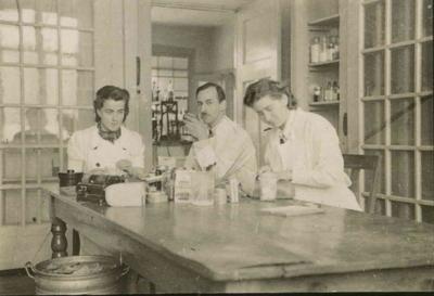 Personeel van het laboratorium van de Keuringsdienst voor Waren, Keuringsgebied Nijmegen. Van links naar rechts L. Smit, C.L. Krugers Dagneaux en W. de Mooij