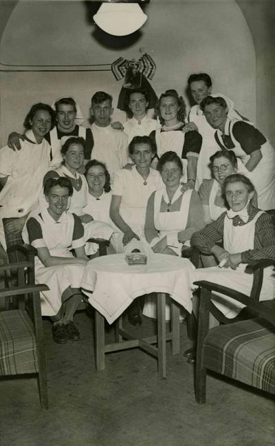 Verplegend personeel in het noodziekenhuis, ingericht in de schuilkelders van het voormalig Oud Burgeren Stadhuis genaamd het Walstraatziekenhuis