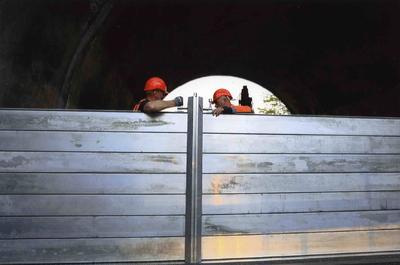 Op advies van het Waterschap wordt het sluiten van de coupures in de waterkering  bij de Hezelpoort geoefend. Personeel van André Weijers voert de oefening uit; dit bedrijf heeft de materialen voor de coupures in beheer.